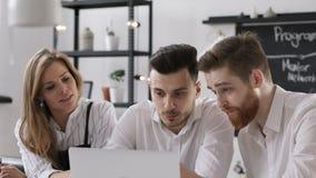 Hommes d'affaires divers travaillant ou prévoyant Team Startup réussi dans le bureau moderne