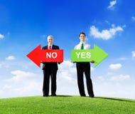 Hommes d'affaires donnant des options Photo libre de droits