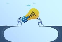 Hommes d'affaires donnant l'ampoule au-dessus du nouveau concept d'idée de Cliff Gap Partners Teamwork Cooperation Image libre de droits