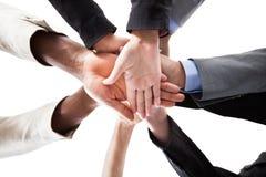 Hommes d'affaires empilant des mains Images stock