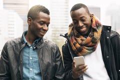 Hommes d'affaires employant le mobile dans la rue Photos libres de droits