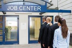 Hommes d'affaires en dehors de Job Center image stock