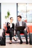 Hommes d'affaires en voyage attendant le vol Photos stock