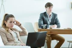 Hommes d'affaires ennuyés au travail Photographie stock libre de droits