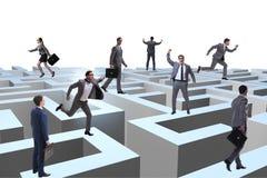Hommes d'affaires essayant de s'échapper du labyrinthe photographie stock libre de droits