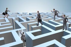 Hommes d'affaires essayant de s'échapper du labyrinthe images libres de droits