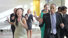 Hommes d'affaires et femmes d'affaires dansant dans le lobby de bureau banque de vidéos