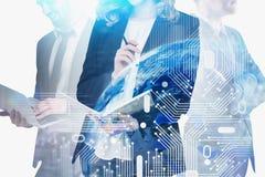 Hommes d'affaires et hologramme numérique de la terre illustration stock