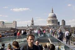 Hommes d'affaires et touristes croisant la passerelle de millénaire Image libre de droits