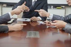 Hommes d'affaires faisant des gestes au cours de la réunion d'affaires Images stock