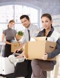 Hommes d'affaires heureux déménageant au bureau neuf Photos libres de droits
