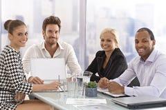 Hommes d'affaires heureux lors d'une réunion image stock