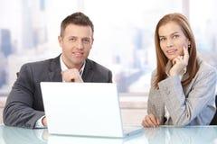 Hommes d'affaires heureux lors de la réunion images stock
