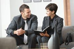 Hommes d'affaires heureux se réunissant au bureau Images libres de droits