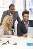 Hommes d'affaires heureux travaillant ensemble Photographie stock