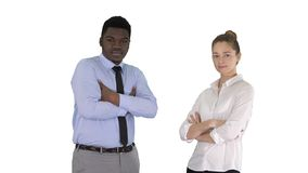 Hommes d'affaires internationaux se tenant avec les bras pli?s sur le fond blanc image stock