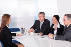 Hommes d'affaires interviewant la femme Photo libre de droits