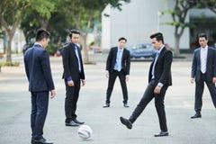 Hommes d'affaires jouant le football photo libre de droits