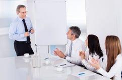 Hommes d'affaires lors du contact Images stock