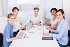 Hommes d'affaires lors du contact Image stock