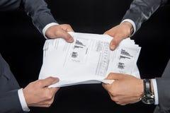 Hommes d'affaires luttant pour des documents Photographie stock