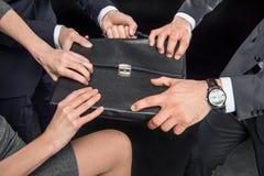Hommes d'affaires luttant pour la serviette Photos stock