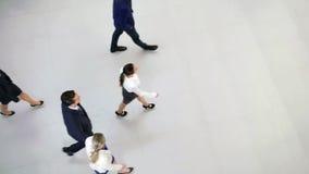 Hommes d'affaires marchant dans le bureau