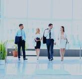 Hommes d'affaires marchant dans le corrido Photo stock