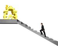 Hommes d'affaires marchant sur des escaliers à l'argent empilant l'isolat de maison Photos stock