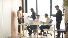 Hommes d'affaires multi-ethniques discutant avec vivacité au cours de la réunion de fonctionnement dans la salle de conférence clips vidéos