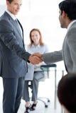 Hommes d'affaires multi-ethniques se serrant la main image stock