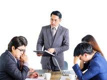 Hommes d'affaires multiraciaux de portrait faisant un brainstorm lors de la réunion Photo stock