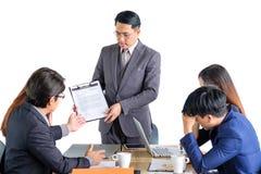 Hommes d'affaires multiraciaux de portrait faisant un brainstorm lors de la réunion Photos stock