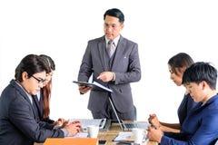 Hommes d'affaires multiraciaux de portrait faisant un brainstorm lors de la réunion Image libre de droits