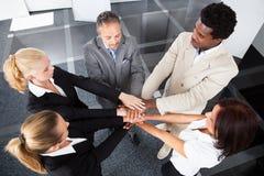 Hommes d'affaires multiraciaux empilant des mains photos stock