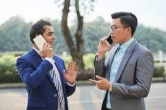 Hommes d'affaires occupés avec des appels téléphoniques photo libre de droits