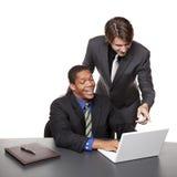 Hommes d'affaires - ordinateur portatif de conférence Photographie stock libre de droits