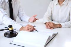 Hommes d'affaires ou avocat ayant la réunion d'équipe discutant des agreemen photos stock