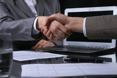 Hommes d'affaires ou avocats se serrant la main à se réunir sans fin Éclairage discret Images stock