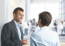Hommes d'affaires parlant dehors photos libres de droits