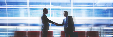 Hommes d'affaires parlant des affaires dans le concept d'aéroport Images stock