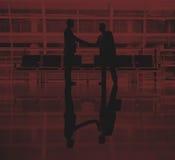 Hommes d'affaires parlant le concept d'affaire d'aéroport d'affaires Photographie stock