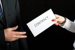 Hommes d'affaires partageant un contrat Image stock