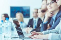 Hommes d'affaires pendant la conférence Image stock
