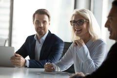 Hommes d'affaires positifs réussis reposant la négociation dans le boardr photo stock