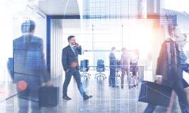 Hommes d'affaires près de lieu de réunion, ville photo stock