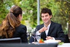 Hommes d'affaires prenant le déjeuner dans le restaurant Images stock