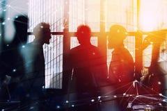 Hommes d'affaires qui travaillent ensemble dans le bureau avec l'effet de connexion réseau Concept de travail d'équipe et d'assoc photos stock