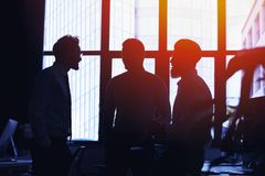 Hommes d'affaires qui travaillent ensemble dans le bureau Concept de travail d'équipe et d'association Image libre de droits