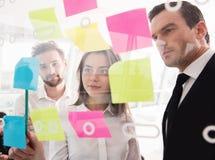 Hommes d'affaires qui travaillent ensemble dans le bureau Concept de travail d'équipe et d'association Photo libre de droits